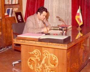 عکس خبري -ماجراي دست به يقه شدن استاد پرورش با بنيصدر