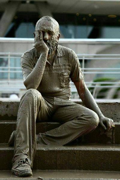 عکس خبري -سنگ شدن يک مرد در برج ميلاد!