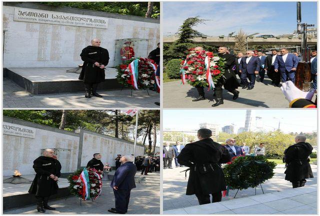 عکس خبري - اداي احترام ظريف به قهرمانان استقلال گرجستان