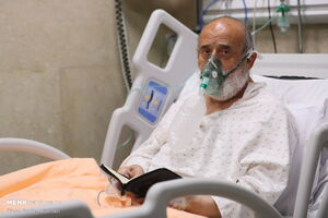 عکس خبري -عيادت از شيخ حسين انصاريان در بيمارستان