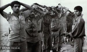 عکس خبري -وارونهنمايي حقايت توسط دستگاه تبليغاتي بعثي/ مردم «خرمشهر» با گلوله و سرنيزه به استقبال عراقيها آمدند