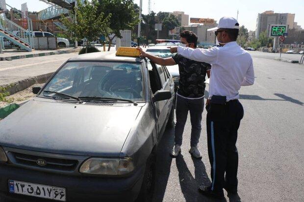 عکس خبري -جمعآوري تابلوهاي غير مجاز آژانس از روي سقف خودروهاي شخصي